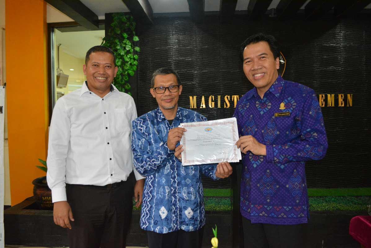 Rektor Undip menyerahkan sertifikat akreditasi kepada ketua program studi MM Susilo Toto Raharjo didampingi Dekan FEB Undip