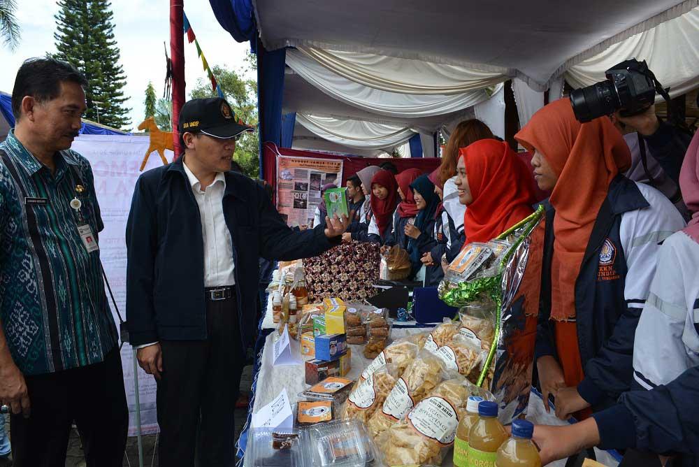 Warek III Undip dan Sekda Kab semarang meninjau stand expo di area pendopo rumah dinas Bupati Semarang