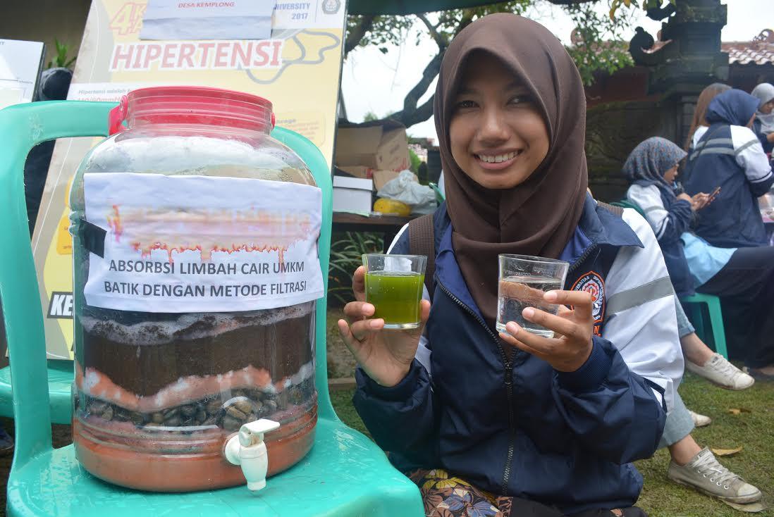 Debi Noviana menunjukkan gelas hasil adsorbsi dari limbah batik.