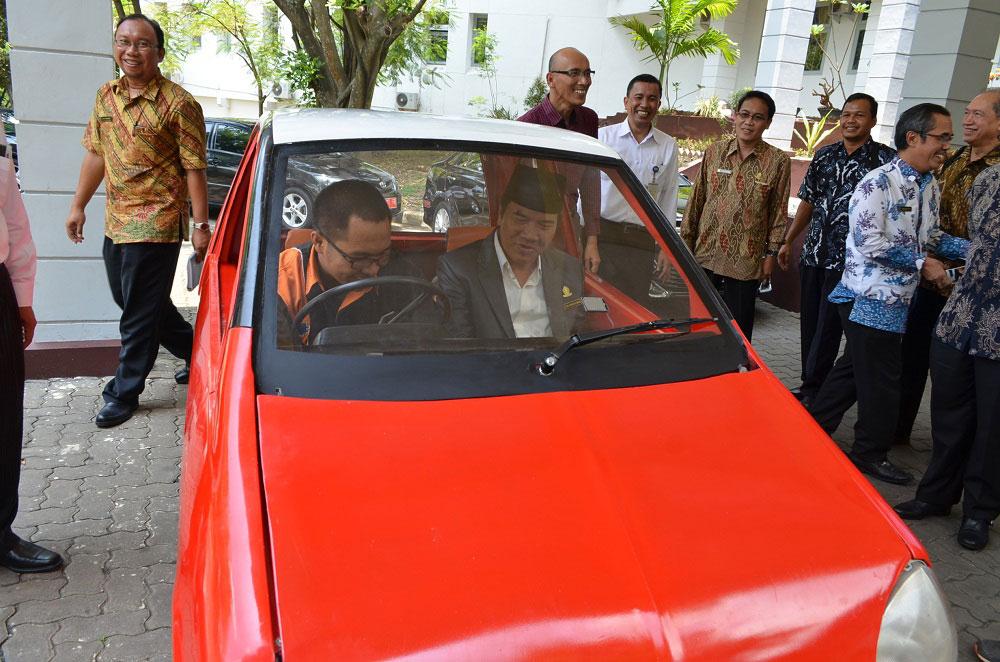 mengelilingi seputar Widya Puraya, Rektor Undip (kanan) didampingi Dosen FT Rifki Ismail (kiri) mencoba kehebatan mobil listrik