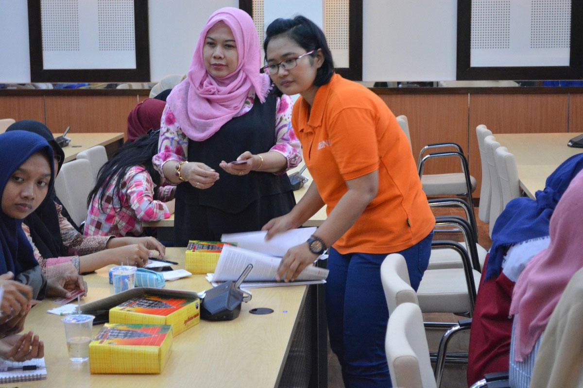 Sekretaris pengelola beasiswa bagikan kartu atm dan pembukaan rekening BNI
