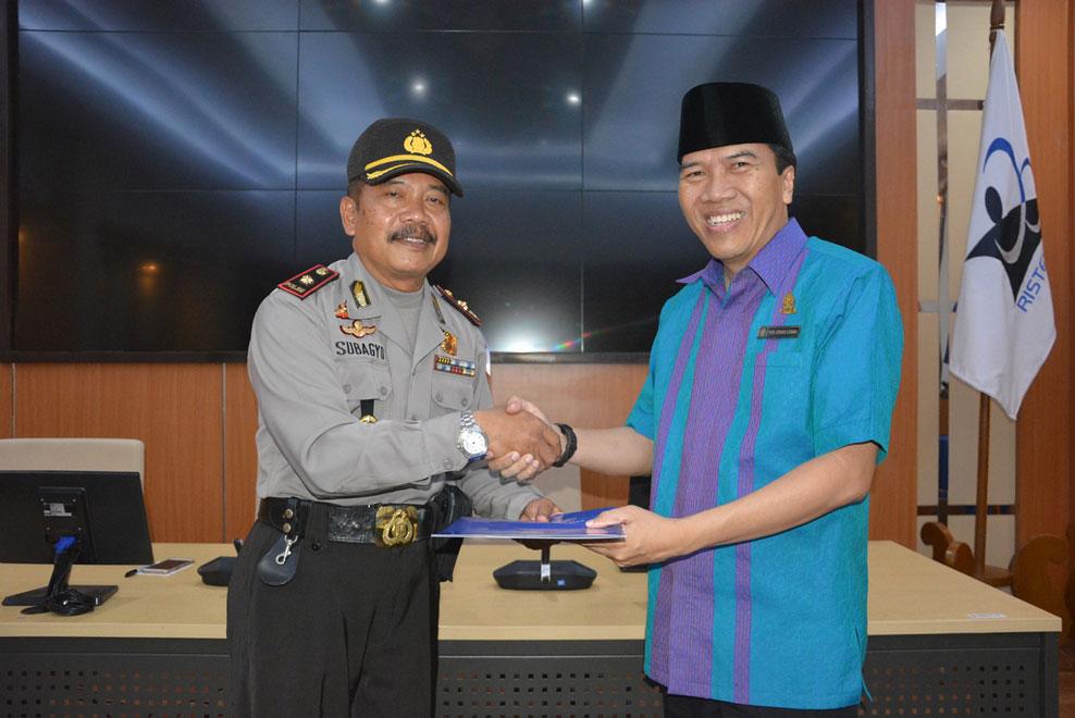 Rektor Undip Prof.Yos Johan Utama memberikan penghargaan kepada Kapolsek Tembalang Kompol Subagyo.