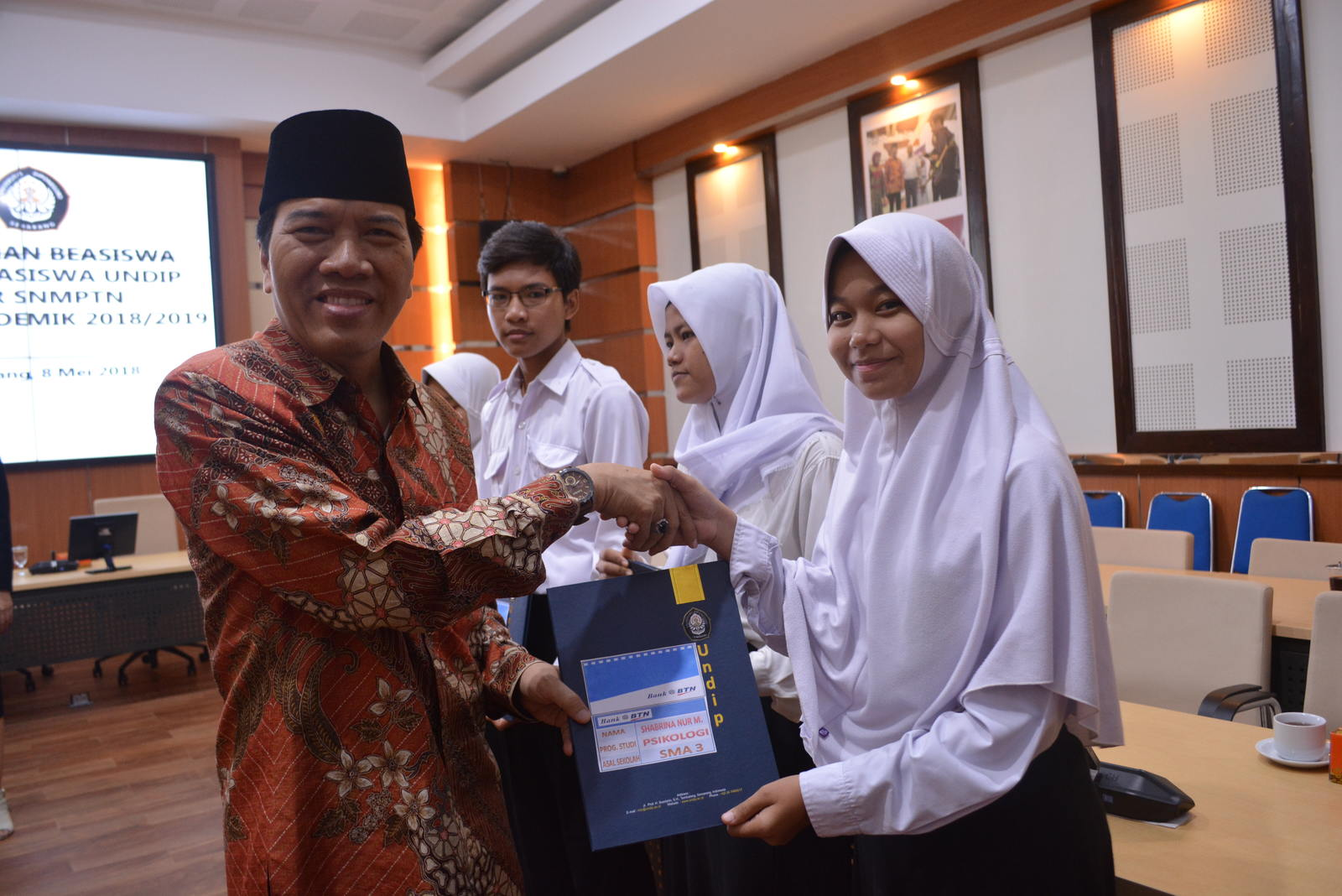 Undip Alumni Give Scholarship for Students Passed SNMPTN Exam