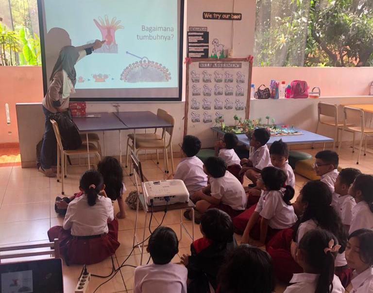 From Coast to Class, Tim Dosen Universitas Diponegoro Melakukan Pengabdian Masyarakat kepada Peneliti Muda di Sekolah Bukit Aksara Tembalang Semarang