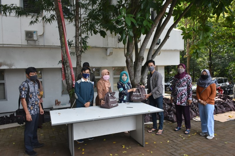 UNDIP Distributes 400 Basic Necessities to Students
