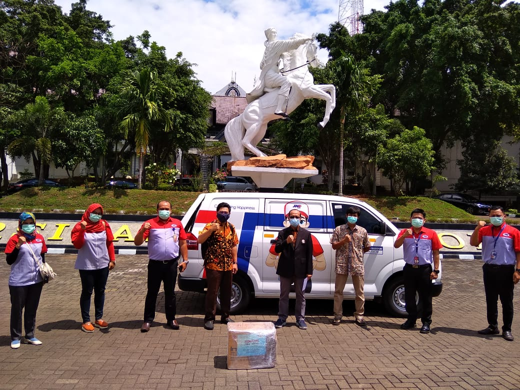 Ika Undip Collaborates With Jne To Distribute Aid